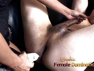 schöne Brünette dominatrix macht ihr Sklaven Sperma nach einigen