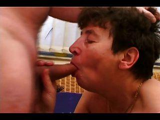Hot Oma bekommt einen harten Schwanz in ihre behaarte Pussy
