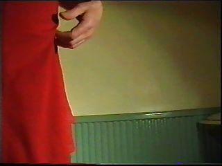 posiert im roten Kleid