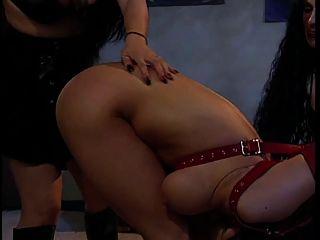 2 Hotties genießen eine süße große Titten Schwesternschaft Schwester