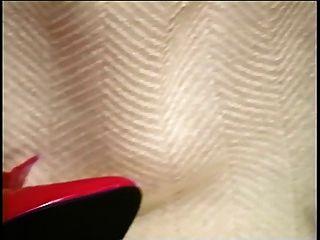 reifen Küken im roten Dildo und Hahn gefickt