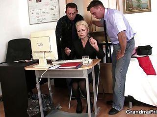 zwei dudes teilen alte blondine im büro