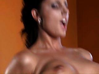 Melissa Ria mit schwarzen Strümpfen fickt auf Billardtisch