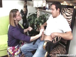 naughty milf gibt einen topless handjob
