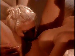 asia carrera bekommt ihre pussy von ihrer sexy freundin geleckt