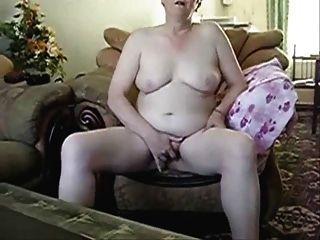 ältere Dame masturbiert vor der Cam
