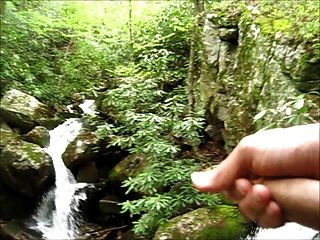 Streicheln durch einen Wasserfall