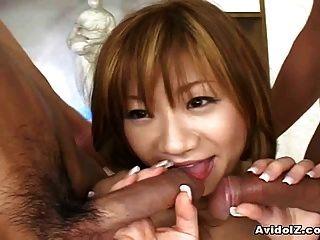 japanische Teenie Schlampe gefickt von zwei geilen Jungs