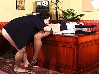 Sekretärin gibt ihre Pussy an den Chef mit großen Bällen