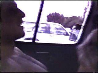 Blondine in einem Auto draußen gefickt
