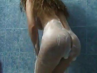gekrümmte Babe liebt es, ihren Körper unter der Dusche zu zeigen.