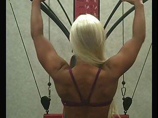 sexy blonde klappt im Fitnessstudio aus babes