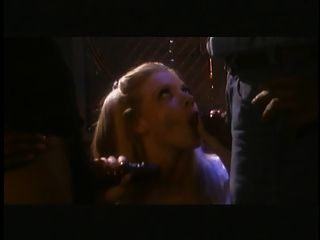 heiße Blondine bekommt ihre Titten gesaugt und Finger von zwei schwarzen Jungs gefickt