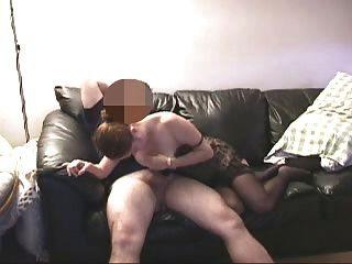 Kurzer Clip bj in schwarzer Oberschenkelhöhe auf Couch