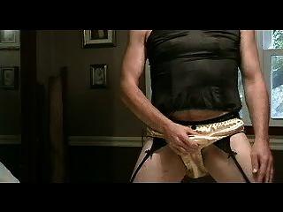 panty Junge spielt in Gold Satin Höschen Teil 1