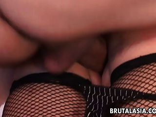 asiatische Schlampe in einem analen Dreier