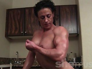 nackte weibliche Bodybuilder posieren und biegen
