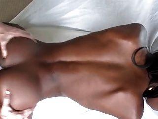weißer Hahn für ein sexy schlankes schwarzes Mädchen
