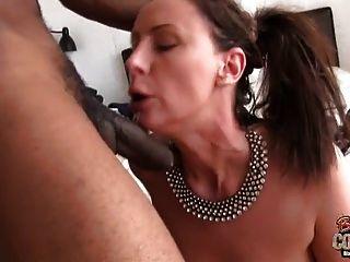 reife Frau Lara gefickt von schwarzem Bolzen während Hubby weg