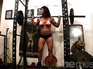 Heißer Bodybuilder, der im Fitnessstudio trainiert