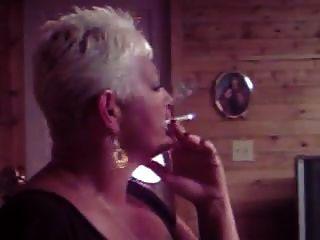 heißer älterer cougar rauchen solo