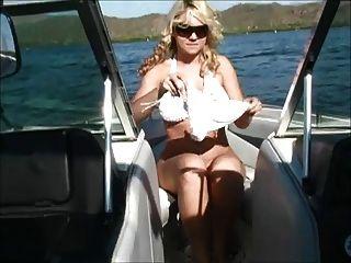 Alison auf einem Boot zeigen ihre Titten