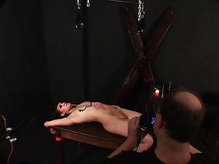 Kleine Titten hottie gebunden und mit Wachs von ihrem Meister gehänselt