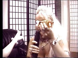 blonde Lesben ficken sich gegenseitig mit Dildos