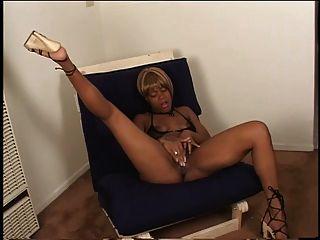 sexy Ebenholz in Fersen Finger ihre saftige Pussy auf einem Stuhl