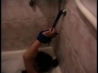 Mädchen gefesselt und mit Handschellen im Bad gefesselt