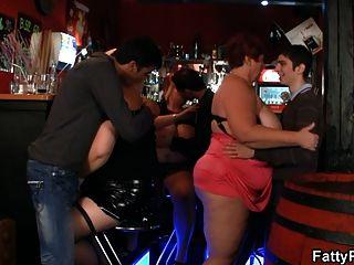 Drei fette Küken haben Spaß in der Bar