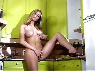 blonde Babe geht in die Küche zu arbeiten