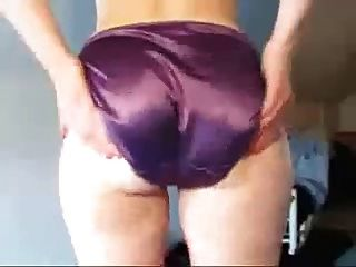Arsch von einem Mädchen von mir in lila Satin Höschen