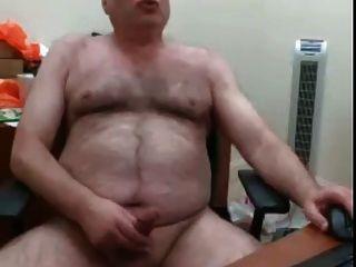 webcam haariger bär daddy wichst seine lade auf seinem schreibtisch
