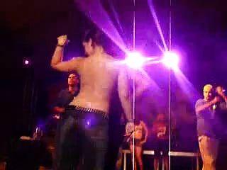 heiße latinos tanzen nackt bei nassen t-shirts bestand