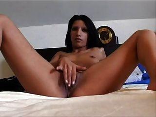 Amateur Kleine Titten brunette spielt mit ihrer Pussy