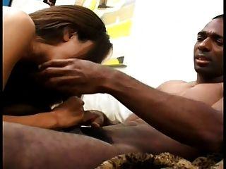 schwarzer Kerl fickt eine geile Latina in den Arsch