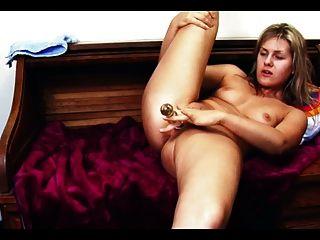 Dildo zu einem keuchenden Orgasmus