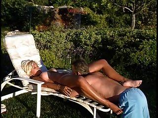reife blonde Rettungsschwimmer bekommt ihre großen Titten geleckt von alten Bolzen dann fickt