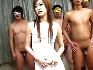 Megumi Ishikawa mit maskierten Männern 1 von 4 = fd1965 =