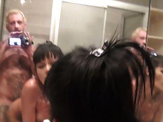 Tranny wird von einem Kerl in der Dusche gefickt