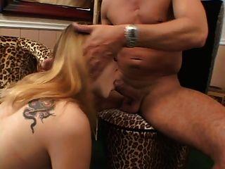 blonde hottie setzt sich für einen großen harten Schwanz