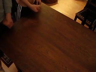 zwei Kumpel, die zusammen winden und auf den Tisch kamen