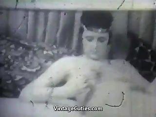 reife Dame mit ihrem Vibrator und Jungen (1950er Jahrgang)