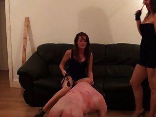drei Frauen bestrafen einen Mann