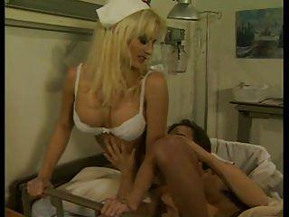 sexy Krankenschwester liebt es, ihre Patienten zu umgehen 69