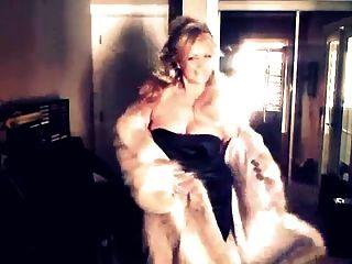 sexy Frau zeigt ihren Wolf Pelzmantel!