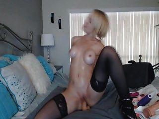 riesige Titten blonde Babe reitet einen Dildo