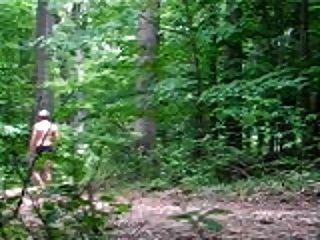 nackten Spaziergang im Wald
