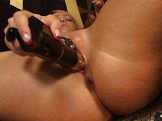 Blondine mit Spielzeug auf ihre Muschi
